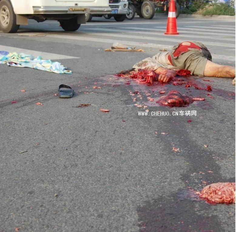 谁喜欢看美女开车出车祸死掉的样子