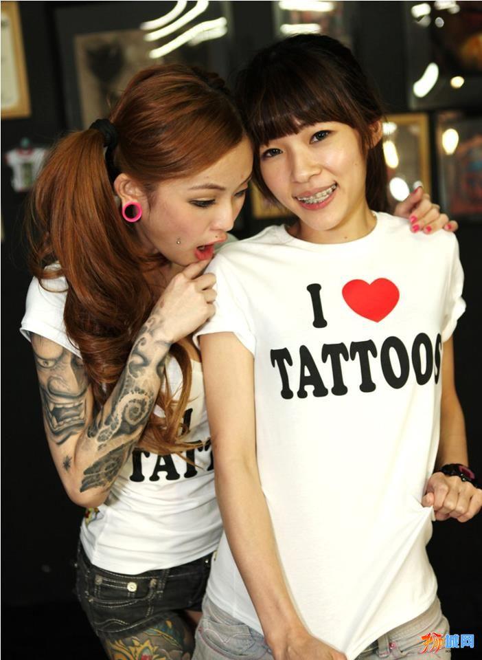 火辣性感的美女纹身师kinki图片图片