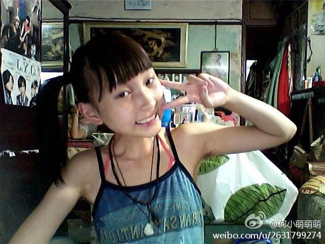 看了这张照片,我瞬间认为何小萌萌萌是12岁的娃子= =
