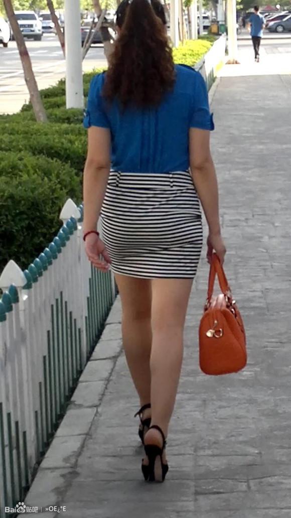 肥臀熟女_... 拍条纹包臀裙高跟肉丝熟女回家