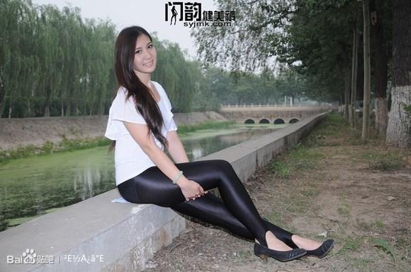 闪韵黑色踩脚健美裤美女模特户外单车秀