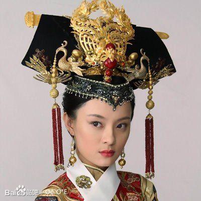 清朝后宫常见的高高发髻,而这一次,发饰则完全是黄金为主角,无高清图片