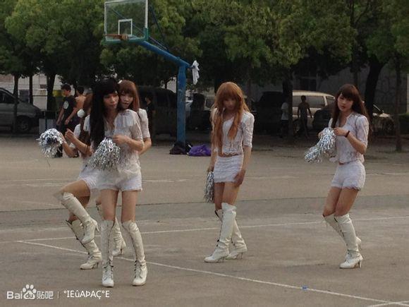 刚经过学校操场 惊现美女啦啦队排热舞