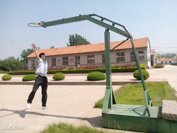 荣誉还在..杂草层生.. 篮板没了,草坪被移除了,学校器材被高清图片