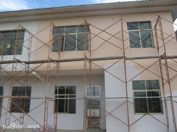装修好且贴有瓷砖的村民房屋外墙上粉刷上漆!当地政府软硬兼高清图片