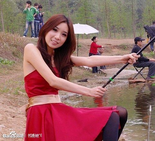 美女陪我钓鱼 给你们养眼