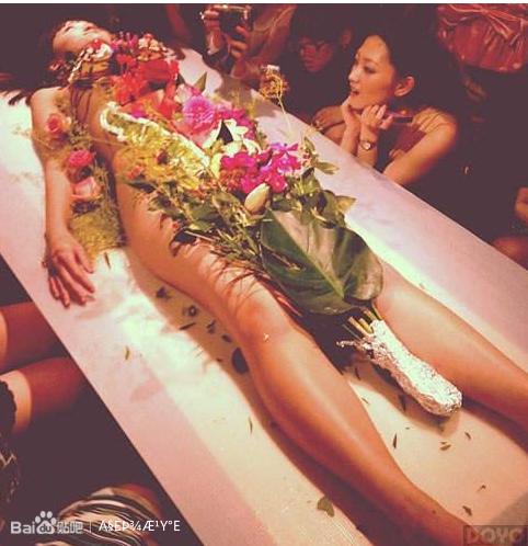人误解日本人都喜欢把食物放在女生**上吃
