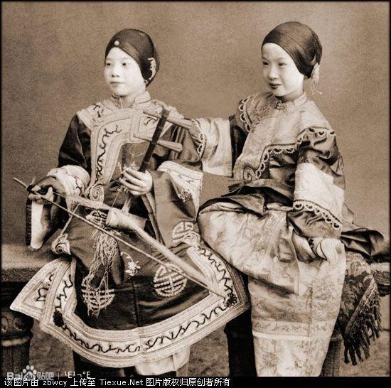 俩小姑娘怎么样 比上面漂亮吧. 清朝后宫妃嫔格格真实照片高清图片