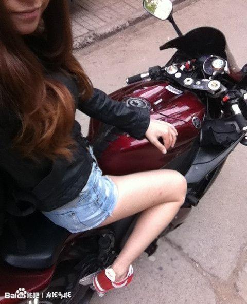 我以前有一张照片上面是一个美女骑着红色r1