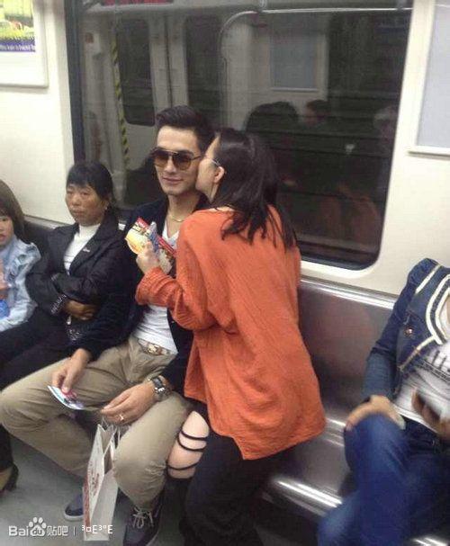长沙地铁试乘上遭美女亲吻拥抱的帅哥