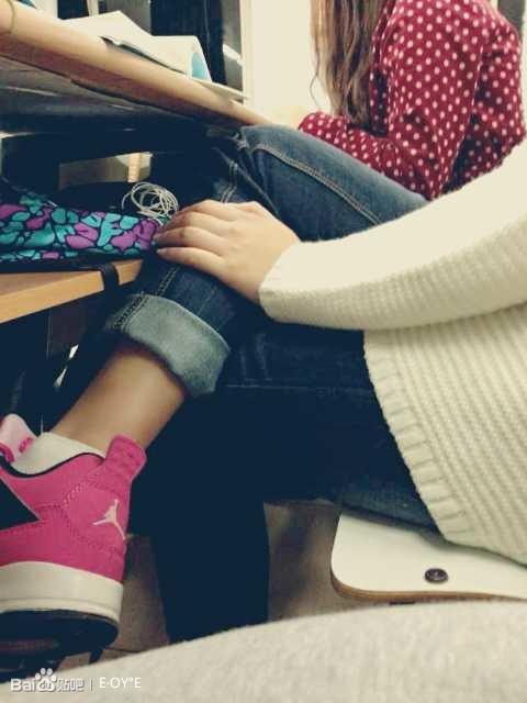 你有没有经常翘二郎腿的习惯~作为一名妹子