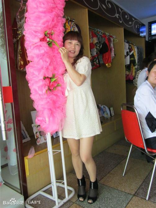 丝袜美腿妈妈和超短裙女儿
