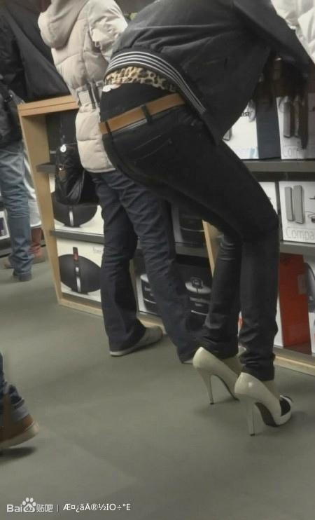 黑色紧身皮裤 白色高跟鞋美女