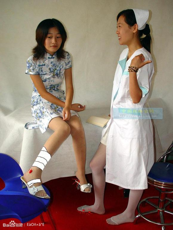 求女生脚受伤时的照片