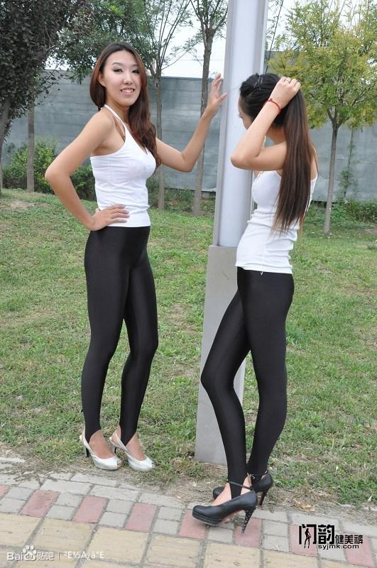 闪韵黑色踩脚健美裤美女模特户外秀