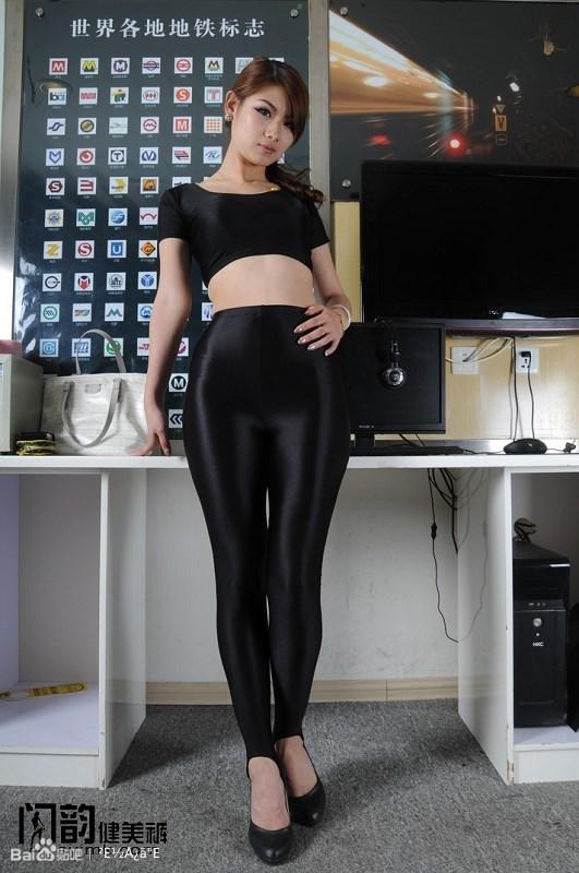闪韵美女黑色踩脚健美裤模特