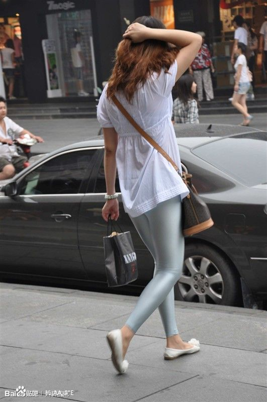 街拍银色健美裤 健美裤吧 竖