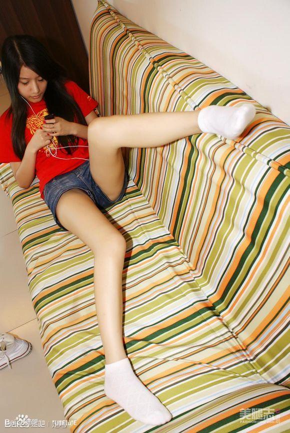 这个美女的白袜脚充满了诱惑的力量