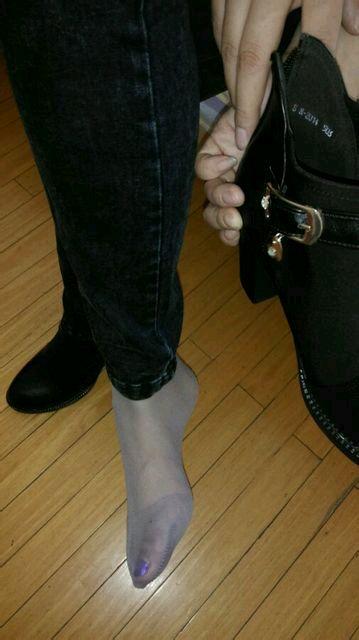 美女脱鞋子袜子