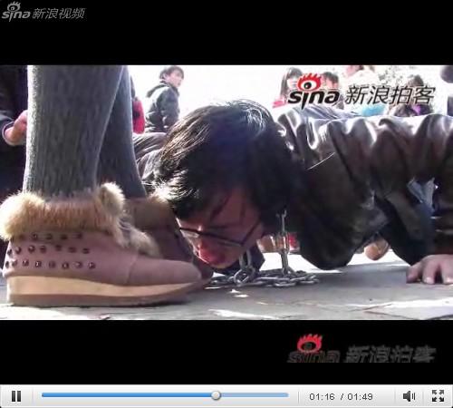 舔丝脚舔臭脚给女神跪舔舔女生脚