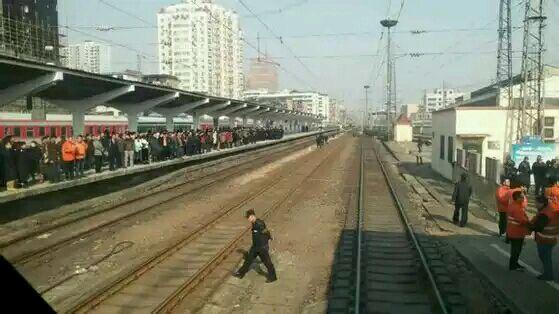 火车站,拦住火车不让进站,要求政府安排工作,火车时刻表晚点满高清图片