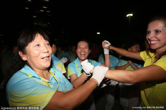 郑州老外慕名见识中国广场舞