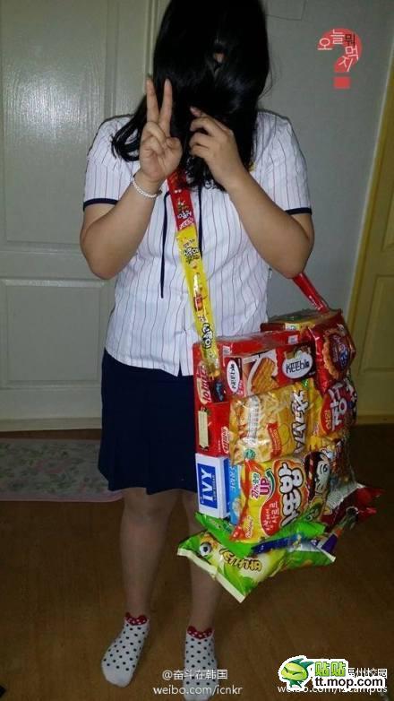 为了带多些零食,现在吃货女生中流行的零食背包图片