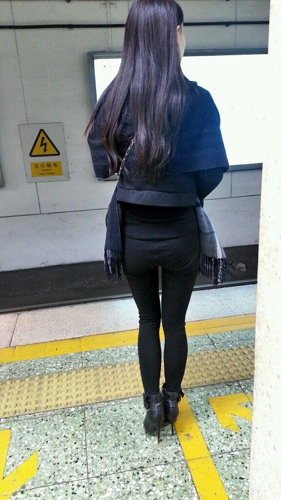 地铁偷拍屁股挺挺的美女!
