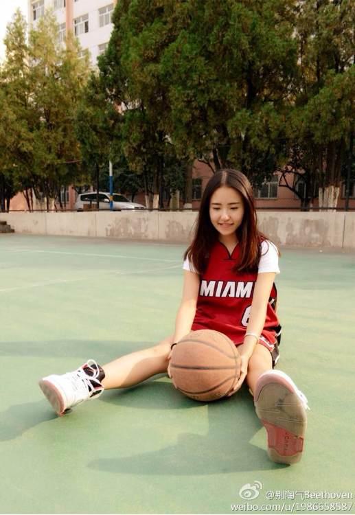 打篮球的男生永远无法拒绝一个穿球衣的女生