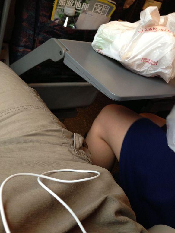 旁边座位是个穿短裙的美女