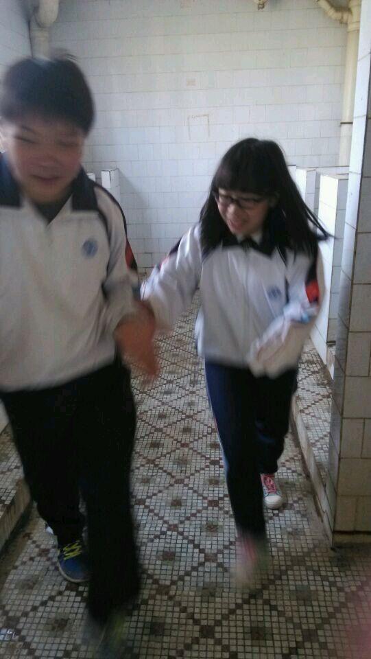 水头中学一女生进男厕所