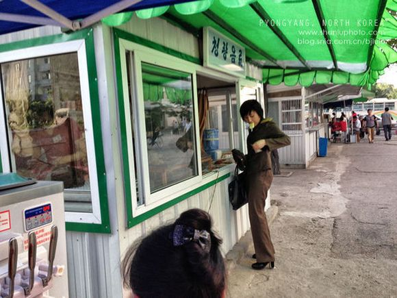 旁边小铺,吃着冰淇淋买东西的女兵,还是紧张,又虚了. 逛了高清图片