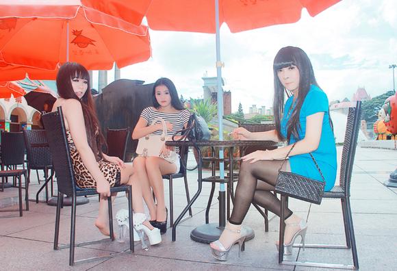 我和俩美女一起穿上18厘米超高跟逛街