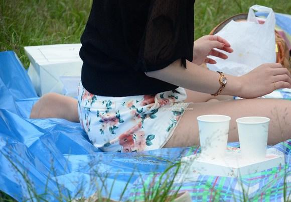 草地休息的3美女脱鞋比拼丝袜脚