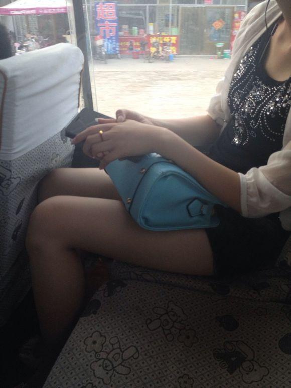 公交车上拍得美女 大腿好白阿
