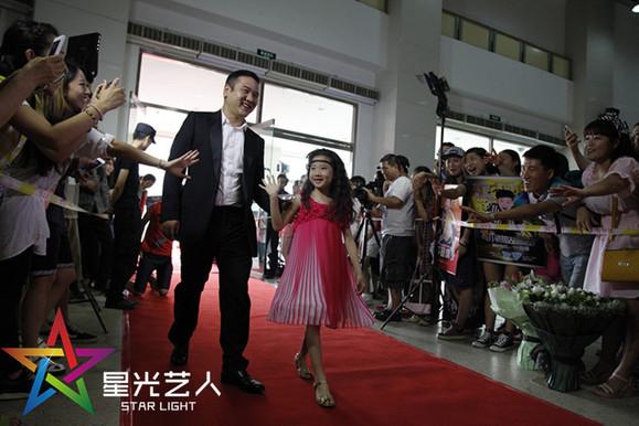 的乐坛新秀;她是中国小童星演唱会工体舞台上绽放的雪莲花;她高清图片