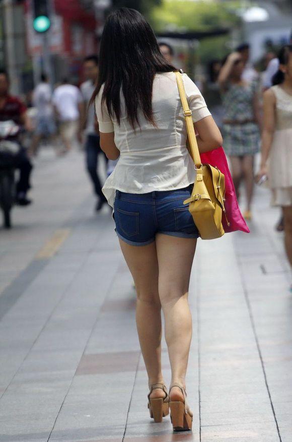 河北路街拍的 紧身短裤美女