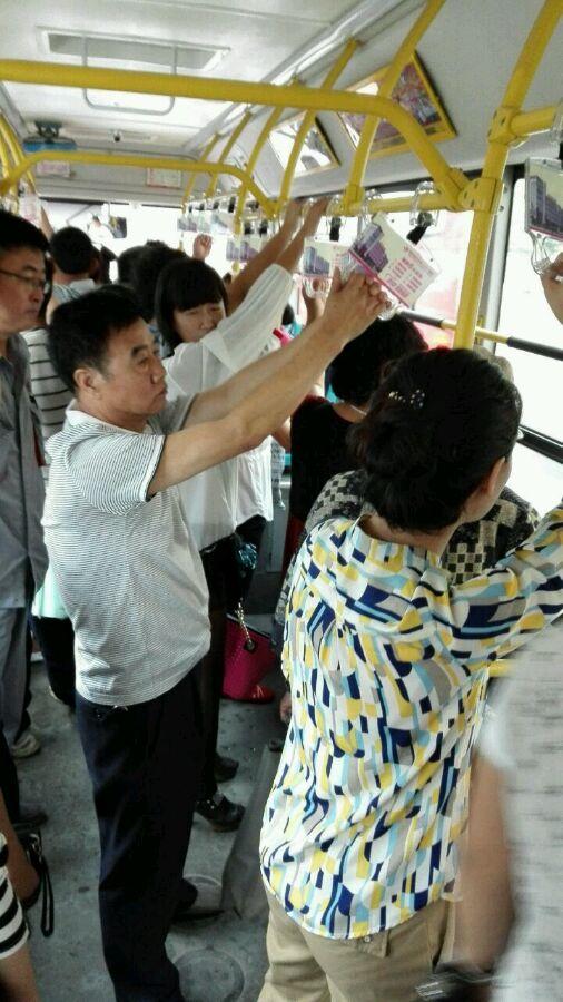 各位美女挤公交的时候注意啦!