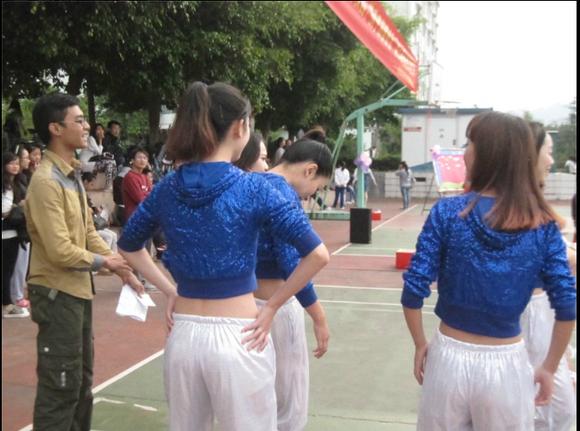 文工团美女们的开场热舞!