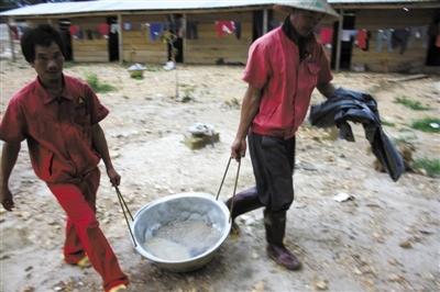 中国采金人在加纳:持枪护金图片