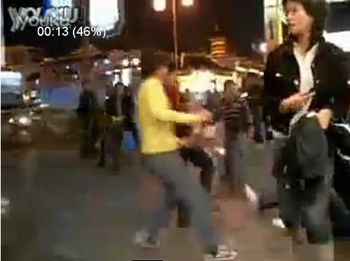 00后小孩调戏90后美女并群殴其男友