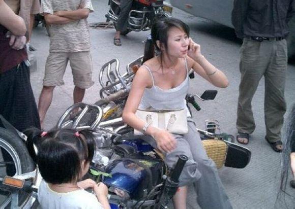美女遭遇车祸竟然没有穿内衣遭路人围观