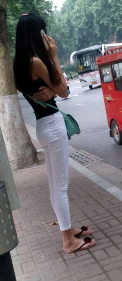 我也来发高挑白裤紧身美女