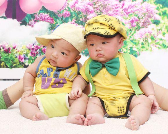我家双胞胎宝宝百天照图片