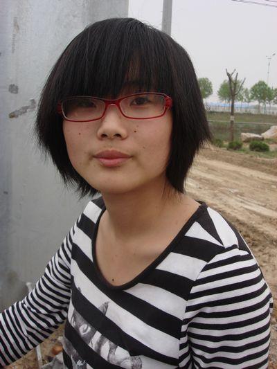 谁认识这个女孩 请告诉我