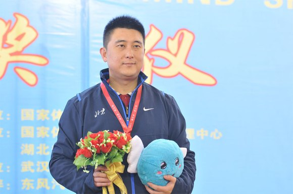 北京象棋大师张强以6胜3和积15分的战绩获得冠军图片