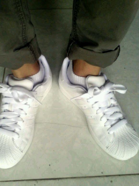 白色板鞋帅哥被 穿nike板鞋的帅哥脱鞋 舔帅哥的阿迪白板鞋 白船袜板图片