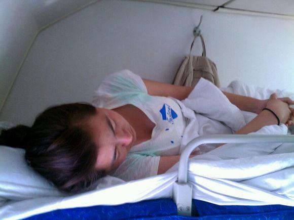 火车卧铺对面躺了个女孩子