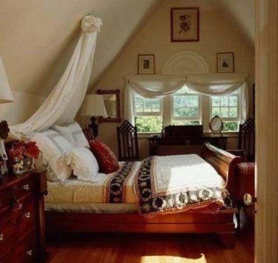 房的照片 幔帐很有特点 白色的木条墙壁和屋顶,和明媚的床品高清图片