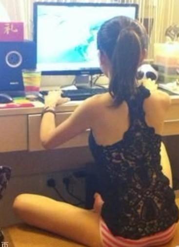 美女玩电脑不穿衣服的背影